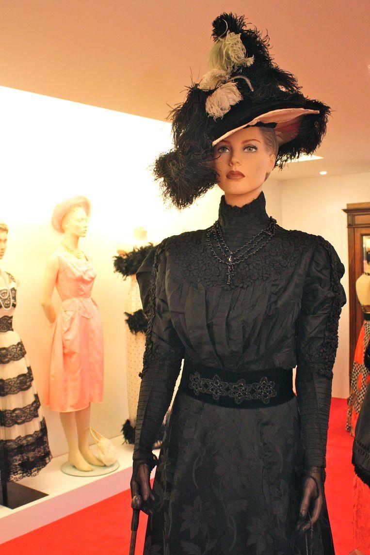 Een kledingstuk met typische pofmouwen uit 1895.