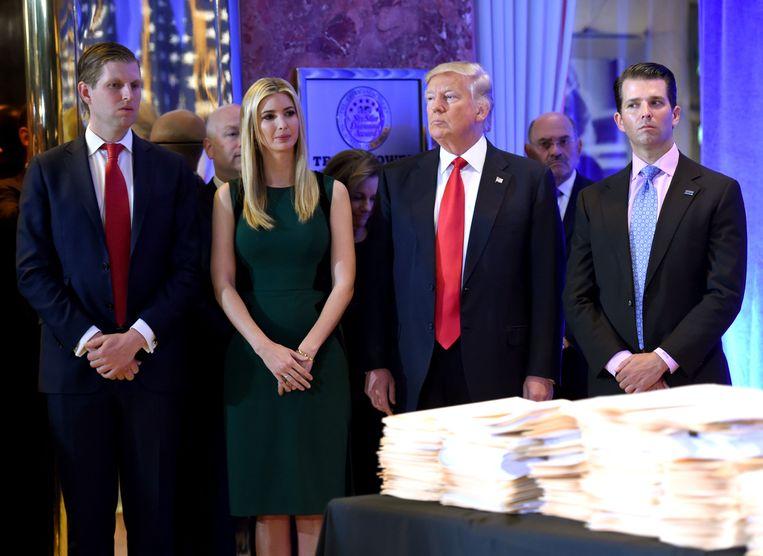 Donald Trump met zijn kinderen Eric, Ivanka en Donald Jr. Beeld null
