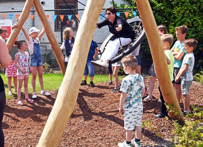 Wethouder Diana van Damme vindt het, boven de hoofden van de kinderen, wel welletjes.
