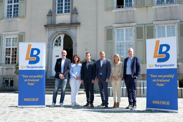 Jean Claude de Witte (links, voorzitter Open Vld) en van Lijst Burgemeester (vlnr): Suzanne Van Heugt, Nick Vercammen, Peter Gysbrechts, Inge De Bie en Werner Timmermans.