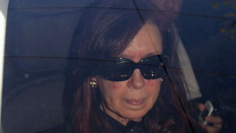 De Argentijnse president Cristina Fernandez de Kirchner als ze arriveert in de kliniek voor haar operatie. Beeld epa