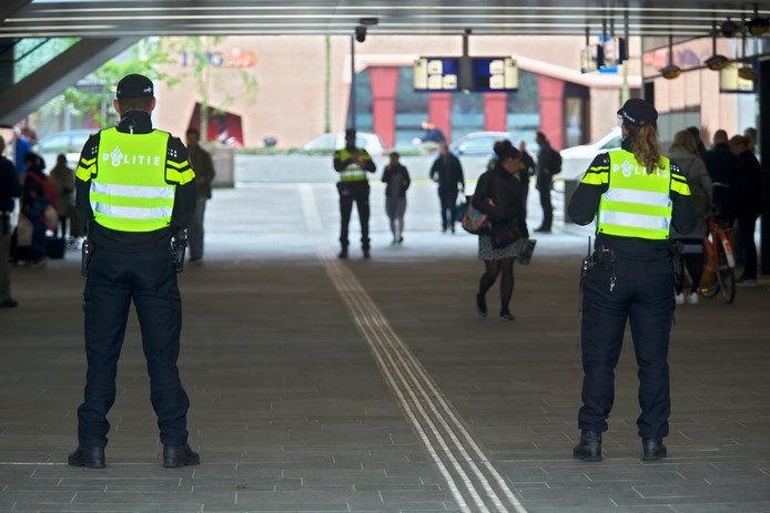 Politiecursus Pro Actief Signaleren op en rond het station in Tilburg. Agenten in uniform zijn bewust zichtbaar aanwezig op het station.