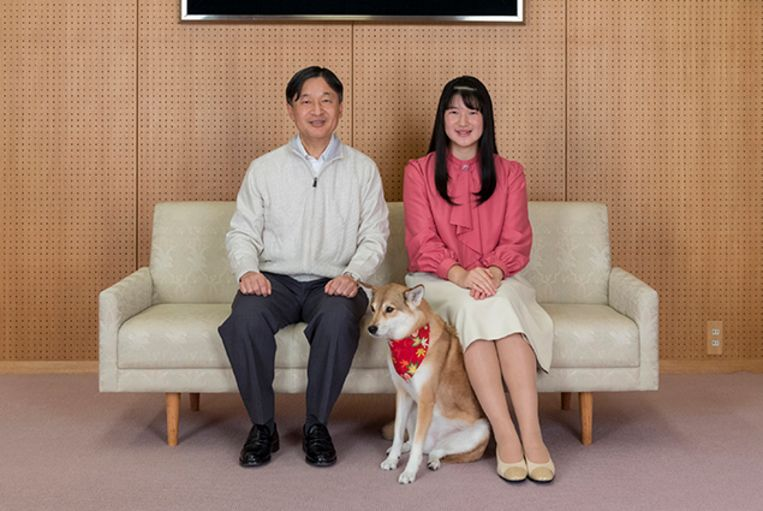 In this November 25, 2019, photo provided by the Imperial Household Agency of Japan, Japan's Princess Aiko (R) and her father Emperor Naruhito pose for a photo at their residence in Tokyo.  Princess Aiko, daughter of Emperor Naruhito and Empress Masako, celebrated 18th birthday on December 1, 2019. Handout / IMPERIAL HOUSEHOLD AGENCY / AFP Beeld Hollandse Hoogte / AFP