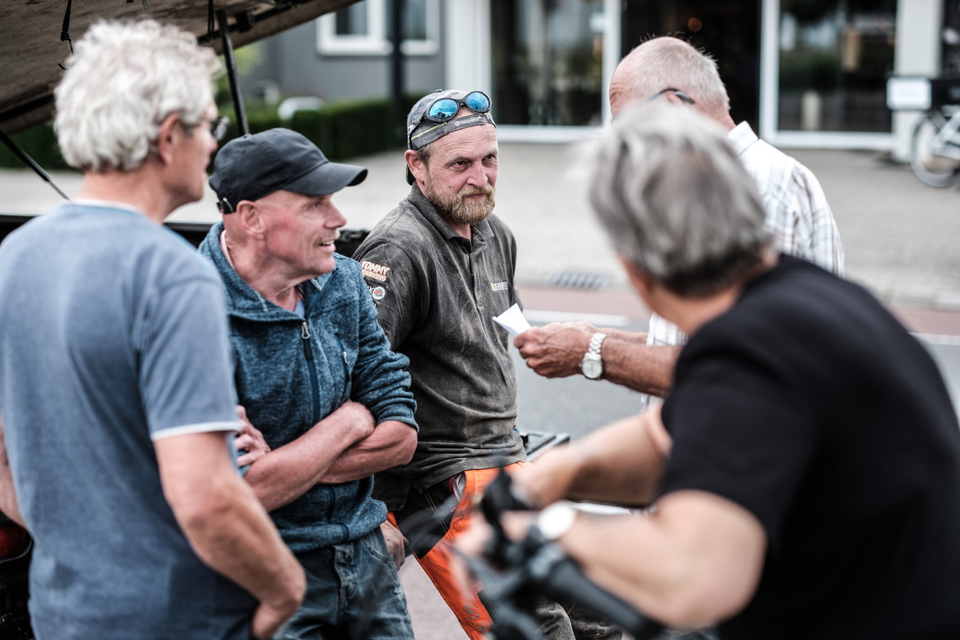 Jan, Jan en Herman overleggen met woodcarver Thomas
