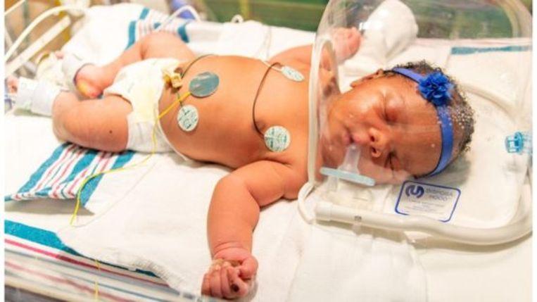 Baby Christina werd geboren op 9/11 om 9u11 en weegt 9lb 11 onz (4,4 kilogram).
