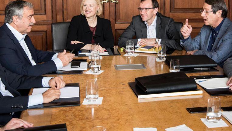 De Turks-Cypriotische leider Mustafa Akinci (links) in overleg met de Grieks-Cypriotische president Nicos Anastasiades. In het midden de adviseurs Elizabeth Spehar en Espen Barth Eide. Beeld EPA