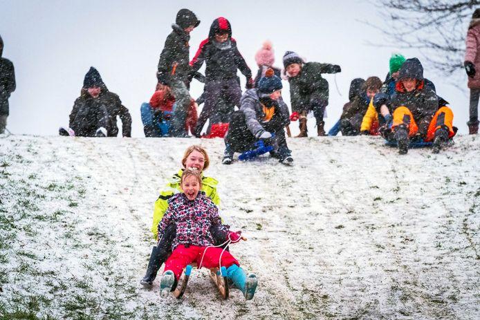 Kinderen genoten afgelopen weekend met hun sleeën van het beetje sneeuw.
