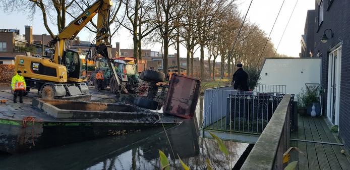 Een aanhanger van een tractor is vanmiddag het water ingegleden bij het uitbaggeren van water op de Vijfhoek in Deventer.