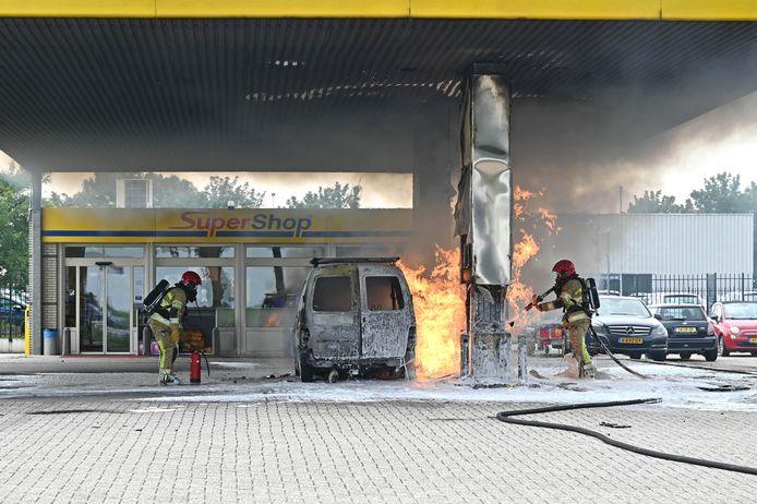 Brand bij de tankinstallatie van SuperTank aan De Noord in Dronten. De vlammen sloegen in korte tijd rap om zich heen.