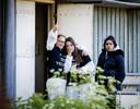 Dierenrechtenactivisten keken uit de deur van de stal die ze bezet hadden.