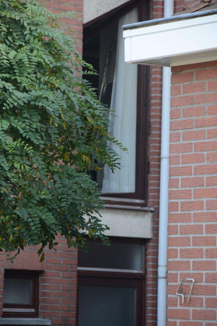 Het raam waaruit de vrouw de dodelijke val maakte.