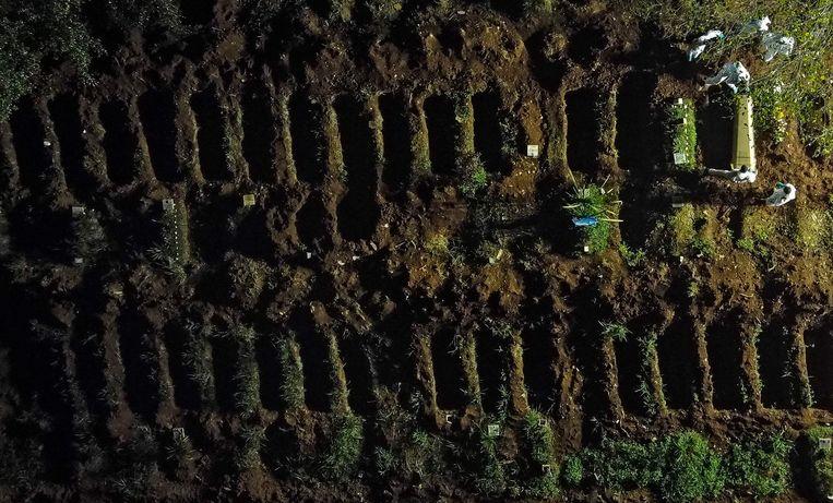 Het Vila Formosa-kerkhof in Sao Paulo, waar aan de lopende band nieuwe graven worden gedolven. Beeld AFP