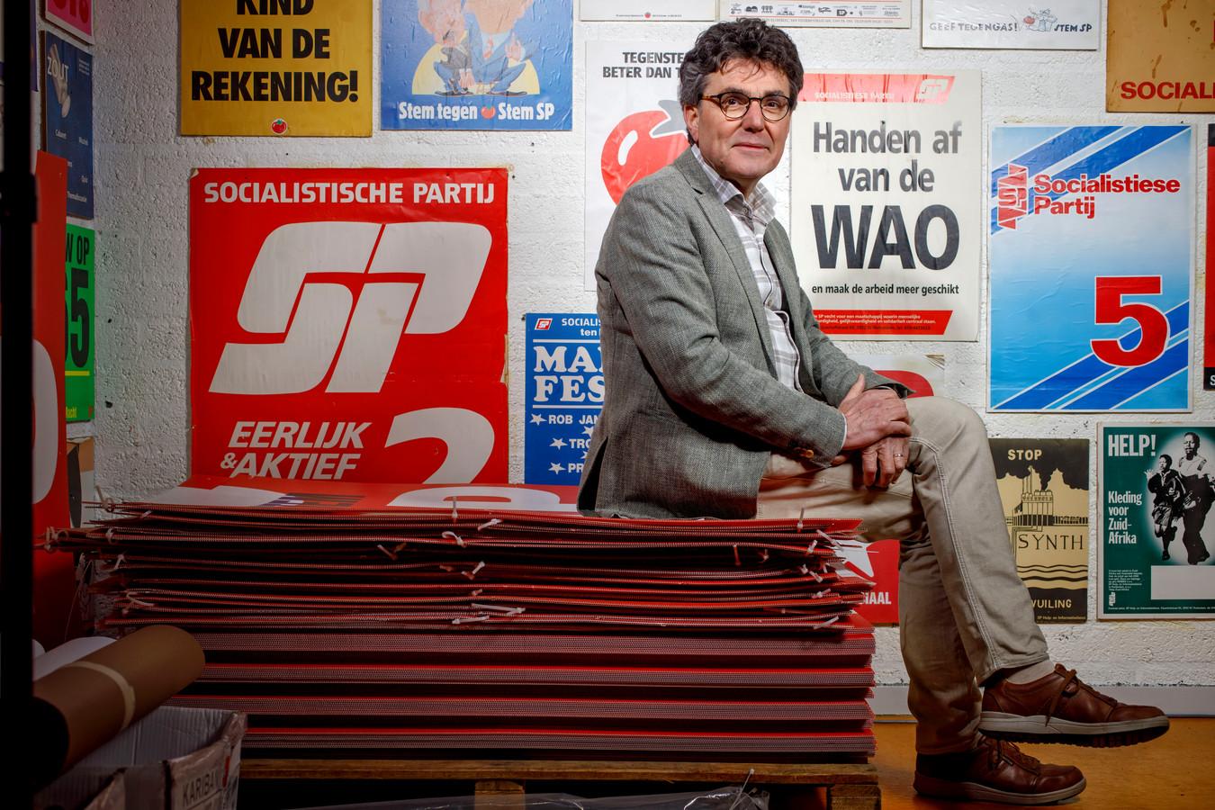Henk van Gerven, hier gefotografeerd in het partijkantoor van de SP in Oss, neemt afscheid van de Tweede Kamer.