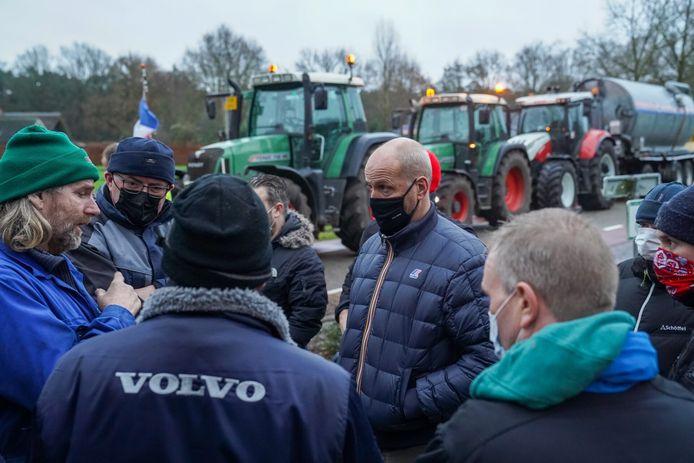 Van Eerd is in gesprek met de boeren.