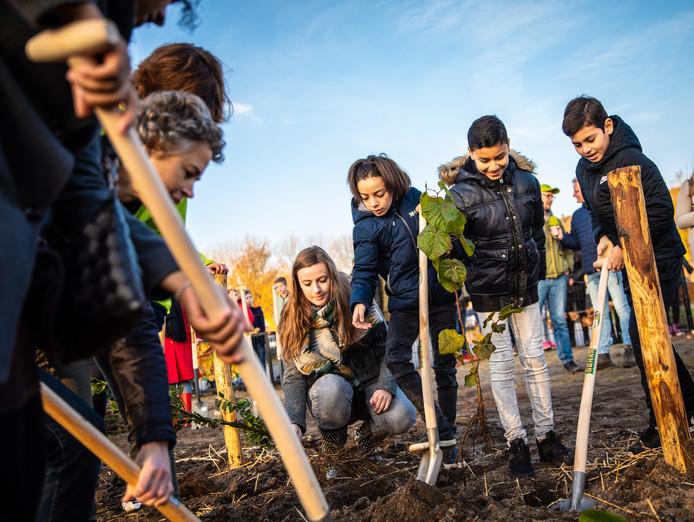 Leerlingen van een basisschool in Zaandam leggen het eerste Tiny Forest van Nederland aan. Helmond krijgt er twee.