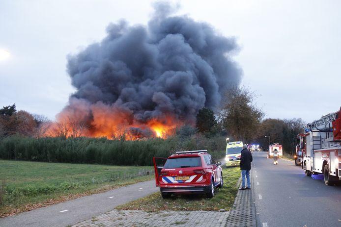 Grote rookpluimen komen vrioj bij een brand in Well.