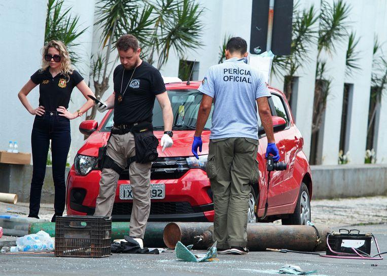 De politie doet onderzoek naar de gewelddadige bankoverval in Criciúma.  Beeld AFP