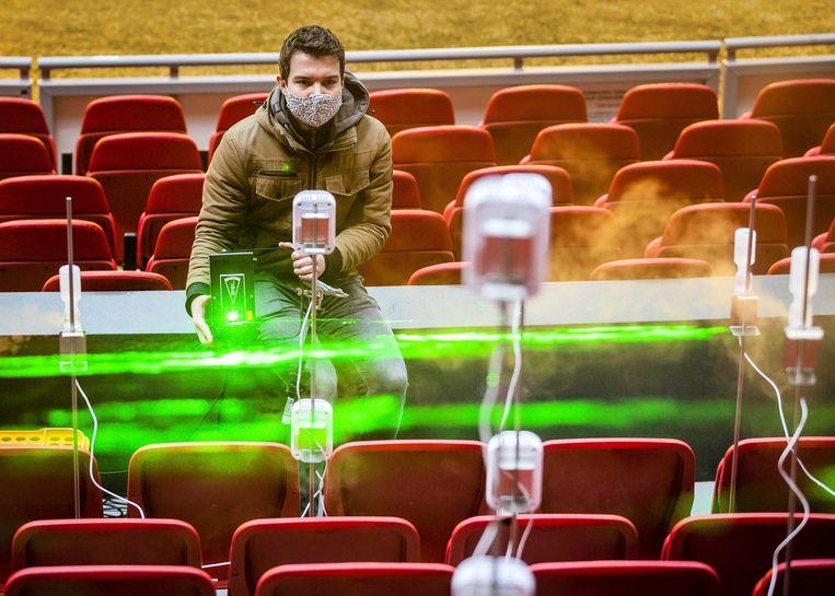 Een medewerker van de Technische Universiteit Eindhoven doet onderzoek naar de verspreiding van aerosolen in de Johan Cruijff Arena in Amsterdam. Beeld ANP