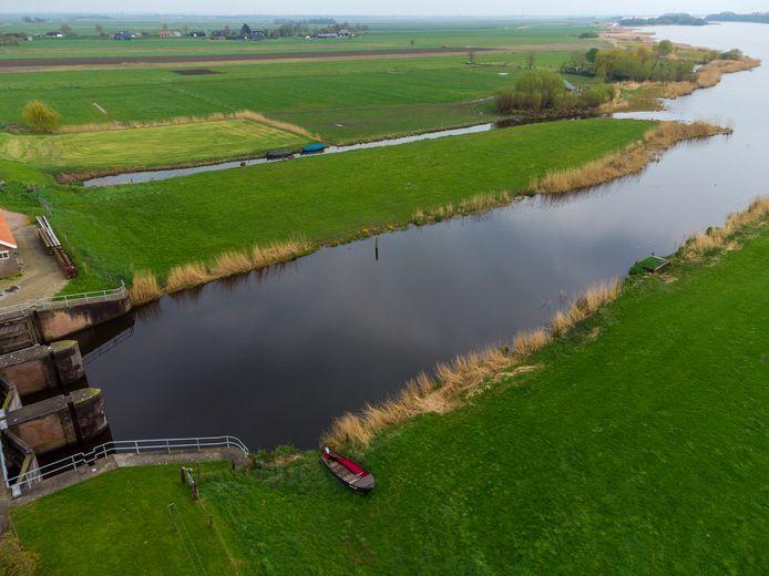 De landtong nabij de Gelderse Sluis is in beeld voor een haventje in Noordeinde. Hiervoor moet er een hap uit worden genomen van 25 bij 25 meter. En een bevaarbare geul worden gegraven richting de doorvaarroute in het Drontermeer. Nu is er met al het kranswier in het ondiepe water vaak geen doorkomen aan.