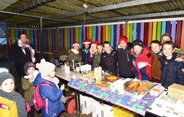 De kinderen van het vierde leerjaar met Kjell (uiterst  rechts)bij hun eetstandje