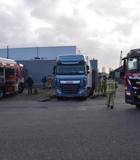 Foutje bij achteruitrijden, vrachtwagen verliest tientallen liters diesel in Meppel