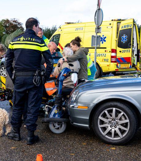 Vrouw op scootmobiel gewond door botsing met auto
