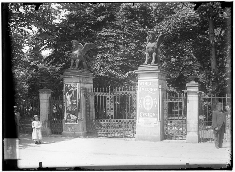 Het toegangshek van de Parktuin aan de Plantage Parklaan, sinds 1898 Wertheimpark genaamd. Beeld Stadsarchief Amsterdam