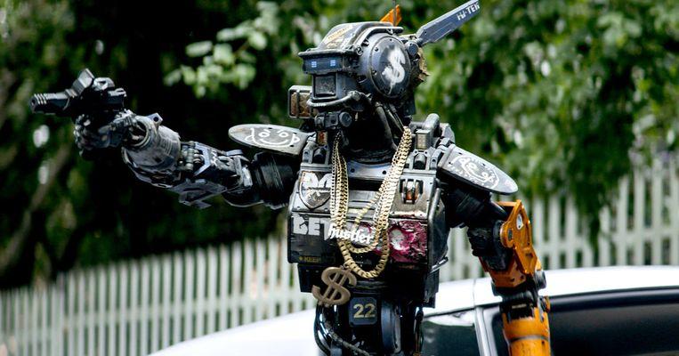 Een beeld uit de film 'Chappie' (2015) waarin een zelflerende politierobot onder invloed van criminelen op het slechte pad raakt. Beeld RV
