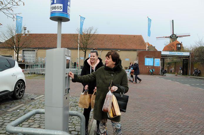 Zierikzee parkeerterrein achter Albert Heijn. Het parkeren is ineens van een euro naar twéé euro per uur gegaan. Lida van Oosten en haar dochter Marjolein wisten van niets.