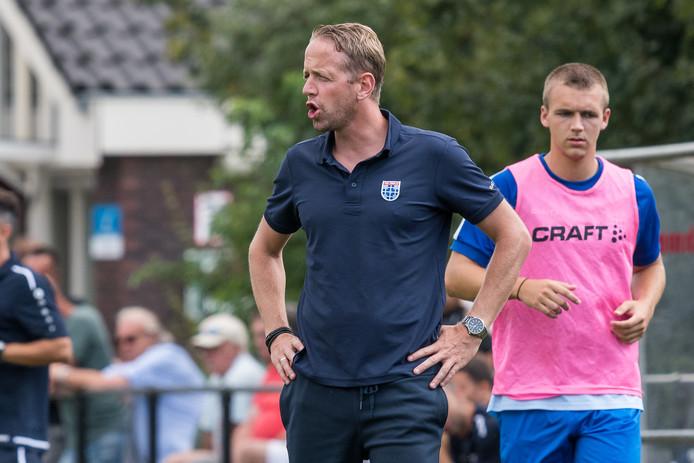 Mark Looms, beloftentrainer van PEC, neemt het dinsdagavond om 19.30 uur met zijn ploeg op tegen tweededivisionist HHC Hardenberg. Het oefenduel wordt gespeeld in Zwolle.
