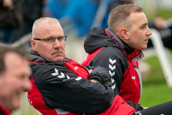 Adrie van Roosmalen (midden) als trainer van RKSV Driel bij het derdeklasseduel met Saestum.