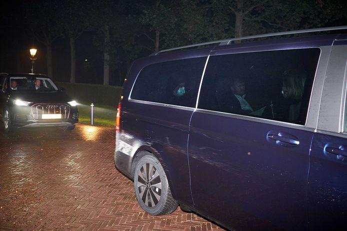 De auto van koning Willem-Alexander komt aan bij paleis Huis ten Bosch.