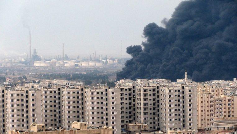 Boven Homs hing gisteren zwarte rook, nadat een oliepijpleiding werd opgeblazen. Beeld epa