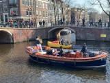Muzikaal duo geeft varend concert op Amsterdamse grachten