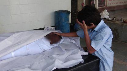 """Hartverscheurende foto van rouwend jongetje bij lichaam vader levert recordbedrag op: """"Hopelijk heeft hij nu kans op een betere toekomst"""""""