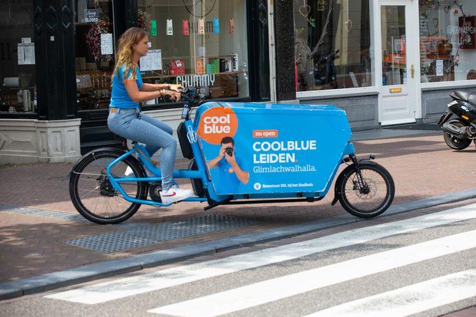 Coolbue bezorgt op de fiets in Leiden.