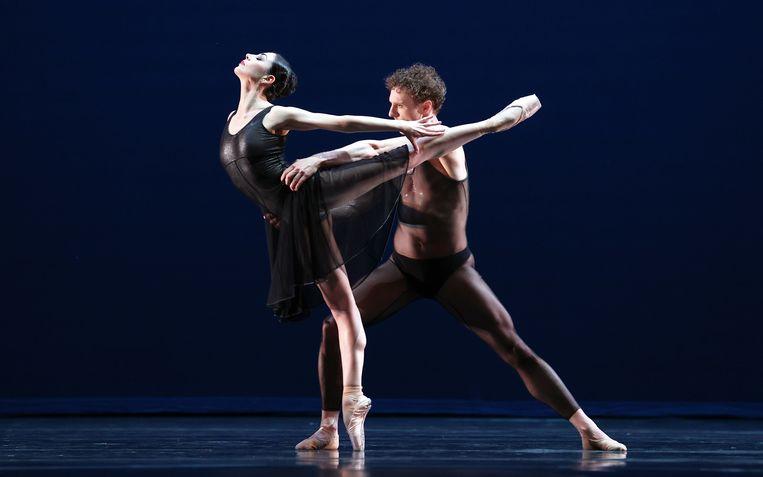 Eerste solisten Maia Makhateli en Remi Wortmeyer van Het Nationale Ballet in Two pieces voor HET, van choreograaf Hans van Manen,  livestream, 27 februari 2021. Beeld Hans Gerritsen