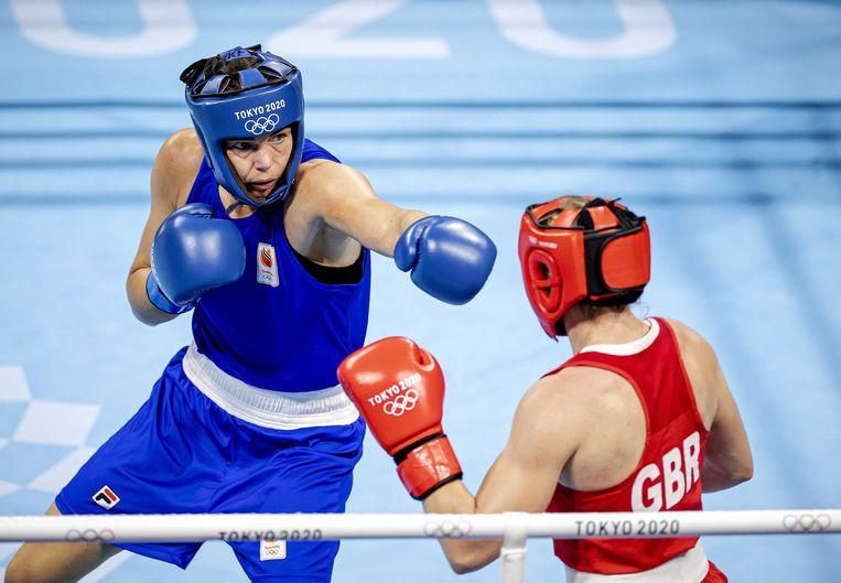 Nouchka Fontijn (blauw) in de categorie tot 75 kilo tijdens de halve finale boksen in de Kokugikan Arena tegen de Engelse Lauren Price op de Olympische Spelen van Tokio.   Beeld ANP