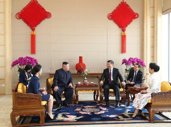 De Chinese president Xi Jinping en zijn vrouw samen met de Noord-Koreaanse leider Kim Jong-un en zijn vrouw. De sfeer zou vriendschappelijk zijn geweest.