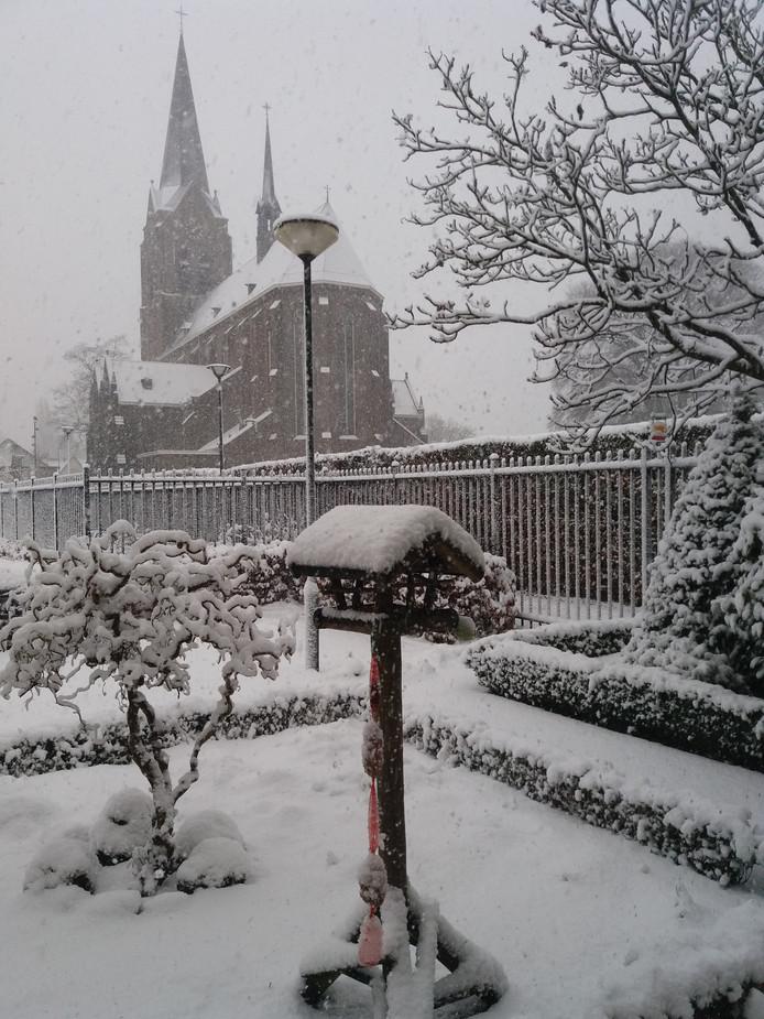 Hierbij een foto vanaf de huiskamer genomen van onze tuin en de kerk St. Jacobus de Meerdere in Zeeland.