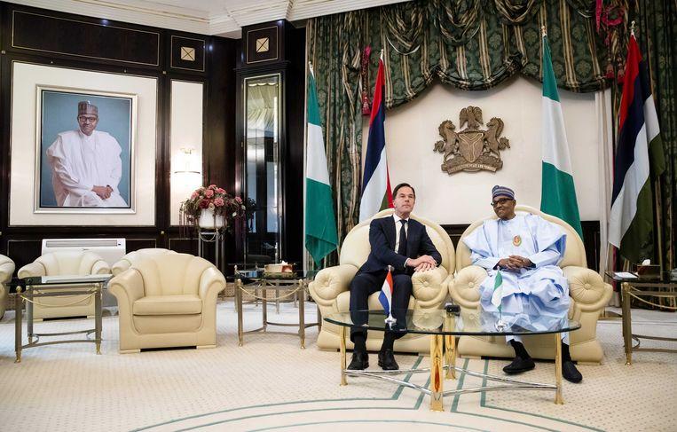 Premier Mark Rutte werd gisteren verwelkomd door de Nigeriaanse president Muhammadu Buhari op het presidentieel paleis in Abuja. Beeld ANP