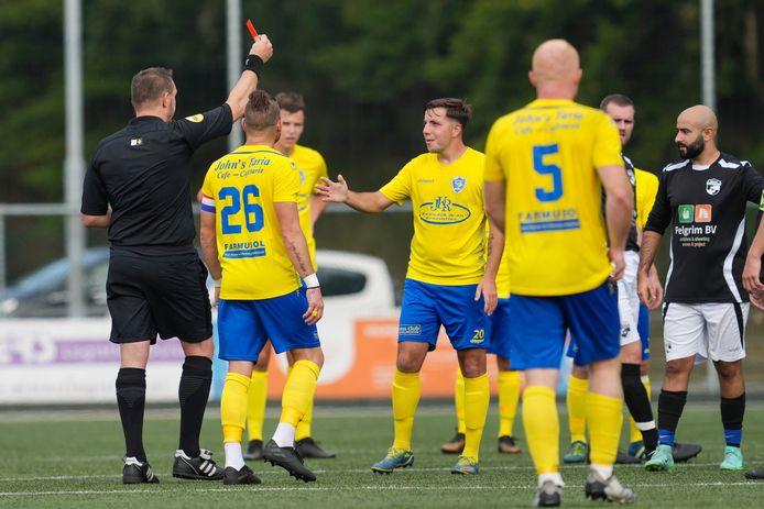 Tweede gele kaart waarna rode kaart voor SC Veluwezoom-speler Mike Hieltjes.