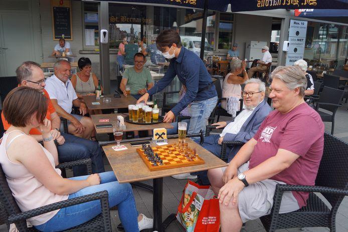De Roeselaarse schaakclub De Torrewachters, hier samen op het terras van hun stamcafé Den Arend