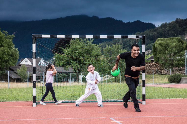 Vader Azad dolt met Mohamad en Nada.Mohamad moet een sport kiezen van zijn Oostenrijkse weldoener: wordt het voetbal, karate of toch maar skiën? Beeld MARLENA WALDTHAUSEN