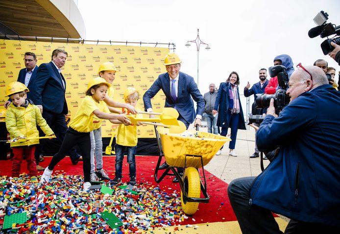 Wethouder Richard de Mos, general manager Boet Hensen  en wethouder Boudewijn Revis (v.l.n.r.) tijdens de aftrap van het Legoland Discovery Centre.