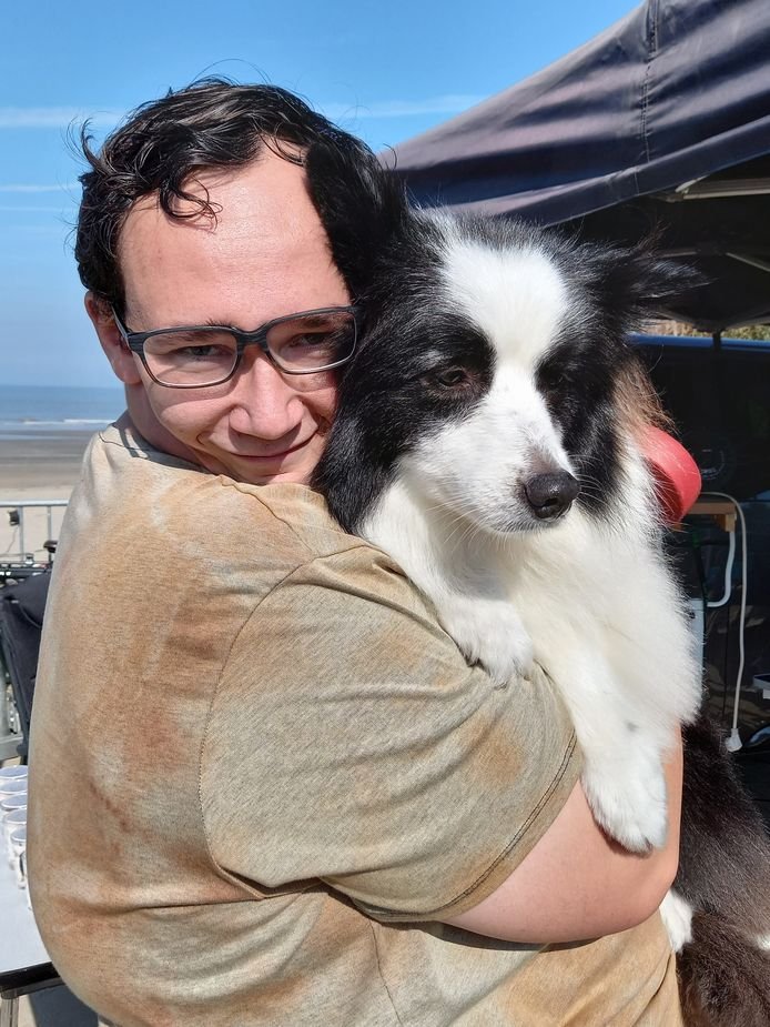 Kevin Dufloucq (26) uit Ieper is blij met de knip- en wasbeurt van zijn hond Saiko.