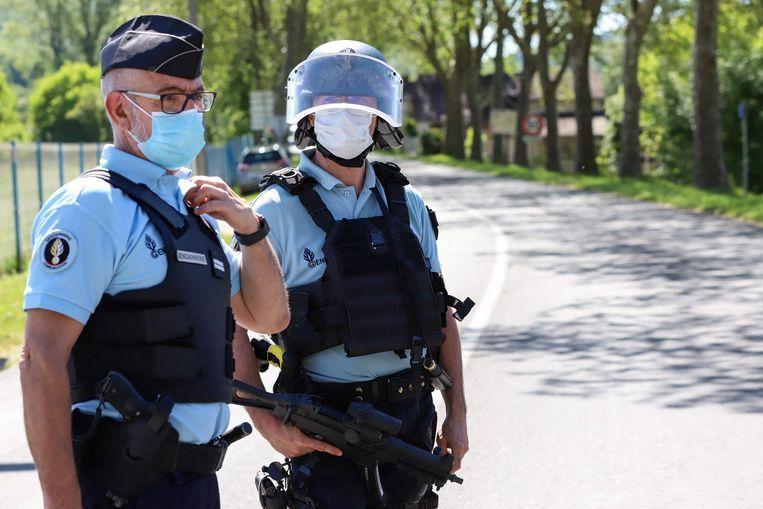 Franse agenten tijdens een wegcontrole in de regio waar het schietincident plaatsvond. Beeld AFP