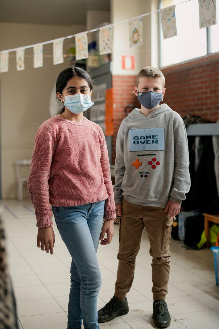 Yalda Mohammadi en Finn Janssens (v.l.n.r.) zitten in het zesde leerjaar in de Heilige Familie in Schoten. Beeld Tim Coppens
