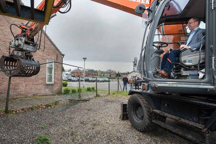Wethouder Helm Verhees hier in actie toen hij het startsein gaf voor de sloop van het pand op Fabriekstraat 22 in Deurne.