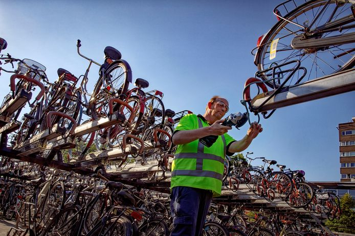 Tilburg, 20 juli 2020Deel 12 van 'Ga toch fietsen!' , fietsen ruimen bij het stationfoto: Dolph Cantrijn